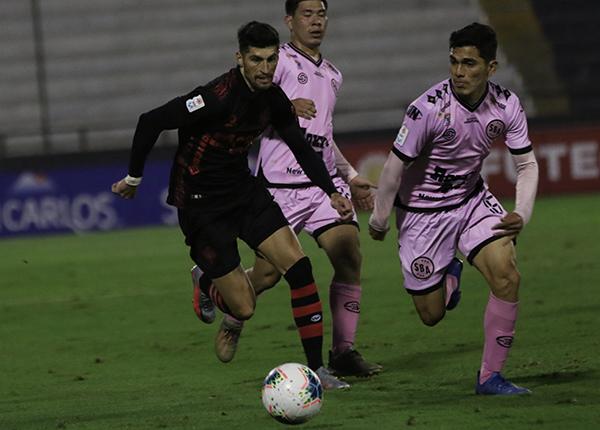 Pedro Daniel García sacó chapa consagratoria en el carril izquierdo rosado. Acá mide el desborde de Amoroso. (Foto: Pedro Monteverde / DeChalaca.com)