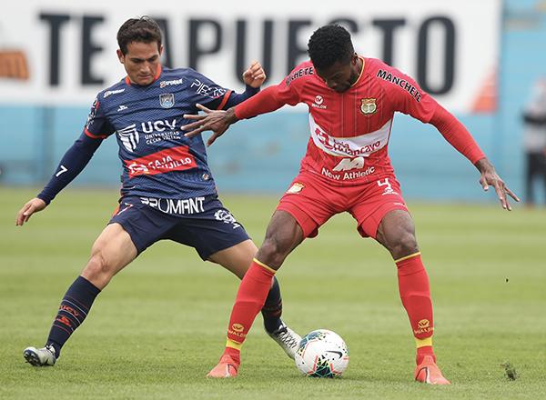 Vélez se parece cada vez más a su versión de la San Martín. Aquí domina el balón ante la marca de Valoyes. (Foto: Prensa FPF)