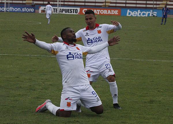 Collazos celebra su gol acompañado por Denilson Gonzales. El colombiano volvió por sus fueros. (Foto: Diego Urbina / DeChalaca.com))