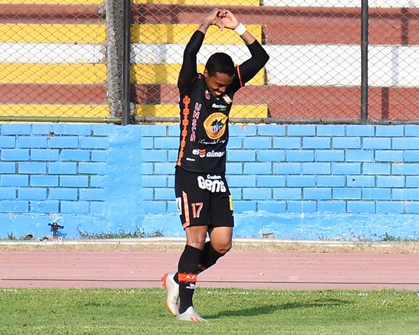 Villamarín alza los brazos para celebrar su tanto. Como punta neto y sin Montes, el delantero demostró que cuando está enchufado es muy útil a su equipo. (Foto: Julio Aricoché / DeChalaca.com)