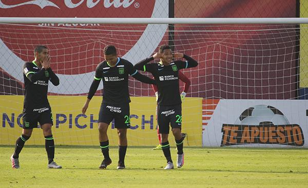 Cornejo, al estilo Riquelme, celebra su gol en el arco de Grados. El volante volvió a destacar y ser relevante para Alianza. (Foto: Prensa FPF)