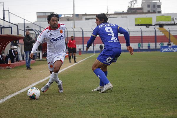Manco sobrepasa a Gularte. El volante regaló fútbol en nivel creciente y lideró el camino de su equipo a la igualdad. (Foto: Fabricio Escate / DeChalaca.com)