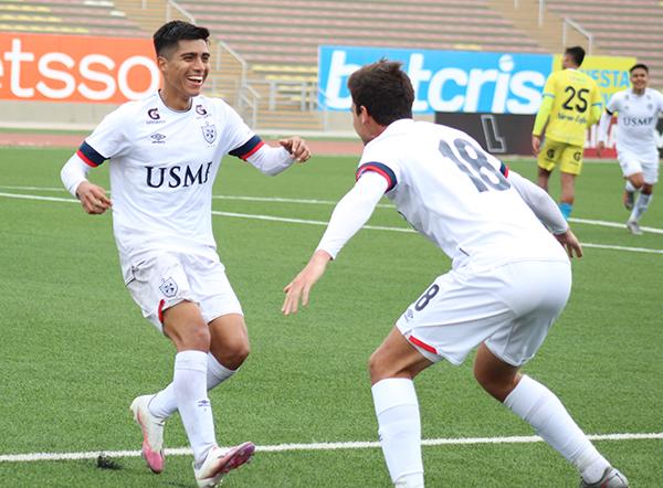 Guivin celebra su gol con Rebagliati. Entre ambos construyeron el tanto de la victoria santa. (Foto: Sergio Ayala / DeChalaca.com)