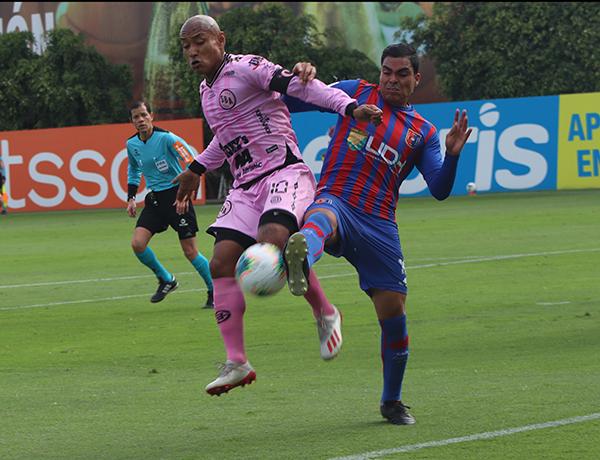 Jesús Chávez es el emblema y a veces también el gol para Boys, como en esta ocasión. Aquí lucha el esférico con Bashi. (Foto: Ariana Ortiz / DeChalaca.com)