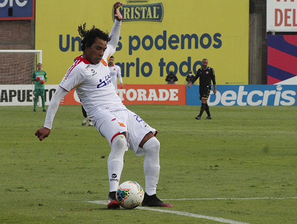 Acasiete, reubicado como extremo por derecha, fue lo más rescatable de un muy discreto partido. (Foto: Diego Urbina / DeChalaca.com)