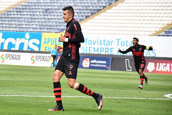 Arce celebra su tanto en el arco edil. El mexicano ha encontrado la ruta del gol y ahora es difícil detenerlo. (Foto: Julio Aricoché / DeChalaca.com)