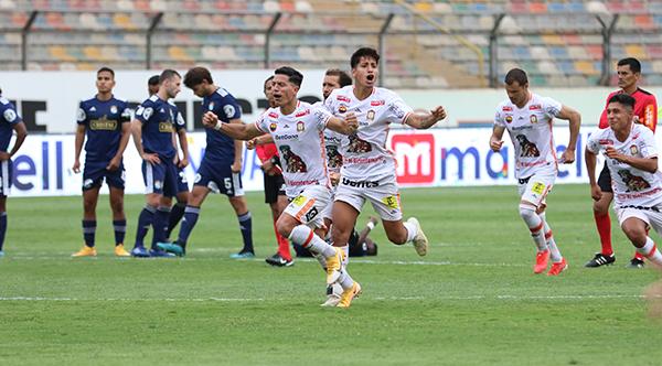 Olascuaga a la cabeza del festejo más esperado por todo Ayacucho: el del primer título de su historia tras ganarle los penales a Cristal. (Foto: Álex Ulloa / DeChalaca.com)