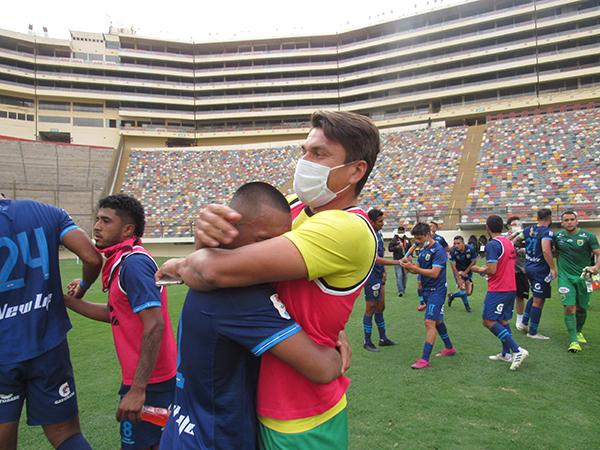 El abrazo entre Ruiz y Rivas después de rehuir la baja es el símbolo del tesón impuesto por Stein para alcanzar el objetivo de su temporada de estreno en la máxima categoría. (Foto: Aldo Ramírez / DeChalaca.com)