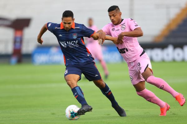 Garcés sale por delante de Aguilar. El pucallpino estuvo, sin duda, más afinado en el duelo ante el debutante panameño. (Foto: Prensa FPF)