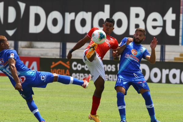 García alza el balón entre Ariano y Castellanos. El talentoso volante retrocedió metros y no le vino mal. (Foto: Prensa FPF)