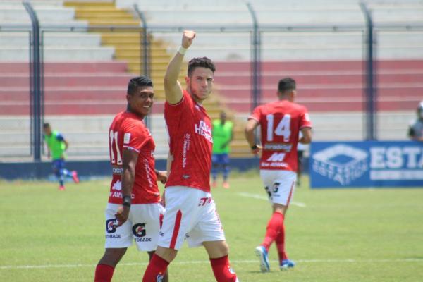 La alegría de Ugarriza después de su tanto, acompañado por García. El 'Papá' reclamaba un '9' y esta vez lo tuvo. (Foto: Prensa FPF)