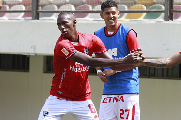 Las felicitaciones a Ayarza luego de su tanto. La constancia es la virtud principal del panameño. (Foto: Prensa FPF)