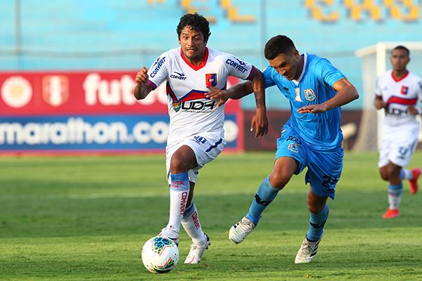 La entrada de Manco, quien enfrentó a su exclub, mejoró el sistema ofensivo azulgrana. Aquí emprende carrera marcado por Pérez. (Foto: Prensa FPF)