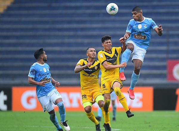Liza cabecea por delante de Castillo y Otoya. El ariete se asienta cada vez mejor en el ataque del campeón vigente. (Foto: Prensa FPF)