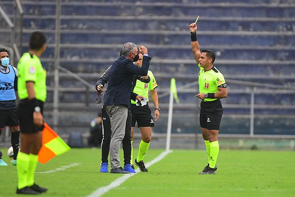 Bruno Pérez no tuvo una jornada feliz y acabó sufriendo los reclamos de Mario Viera por su dejadez para sancionar las faltas cometidas por los jugadores ediles. (Foto: Prensa FPF)