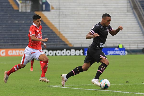 Villamarín fue de lo poco incisivo que le aportó Boys al partido. Aquí conduce por delante de Guivin, de correcta actuación. (Foto: Prensa FPF)