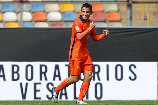 Vélez celebra su tanto. El mejor futbolista de 2020 volvió a decir presente con chompa poeta. (Foto: Prensa FPF)