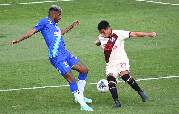 Cabanillas, improvisado como lateral, lucha con Ascues, protagonista del duelo con su gol. (Foto: Julio Aricoché / DeChalaca.com)