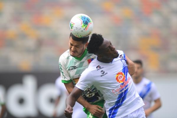 Perlaza disputa el balón con Bernaola. El colombiano anotó, pero no alcanzó para evitar la derrota churre. (Foto: Prensa FPF)