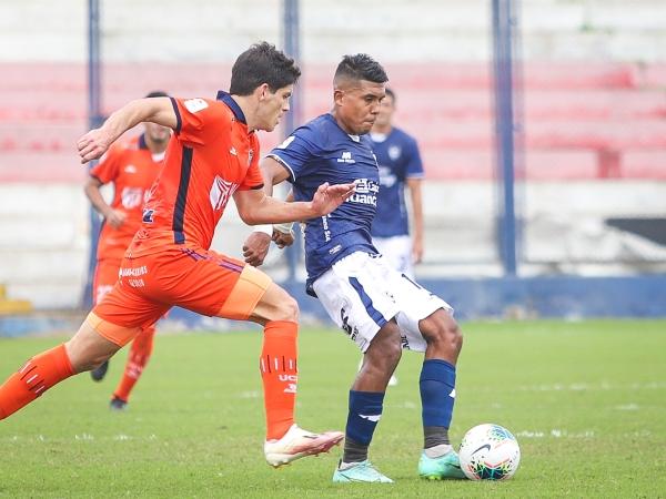 Raziel García se le escabulle a Ciucci. El talentoso volante hizo de las suyas. (Foto: Prensa FPF)