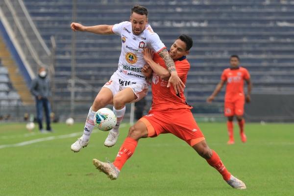 Lavandeira brega con Garcés. El uruguayo tuvo un estupendo rendimiento con dos buenos goles. (Foto: Prensa FPF)
