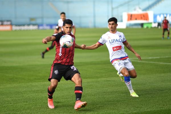 Arias controla el balón ante Lutiger. El 'Chaca' siempre es relevante en la medular rojinegra. (Foto: Prensa FPF)
