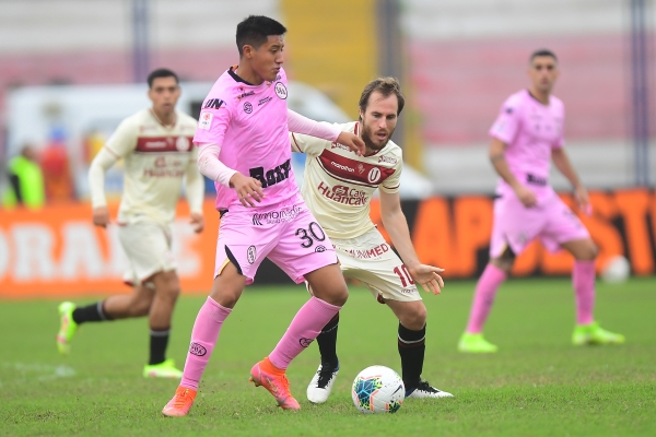 Alarcón domina el balón delante de Novick. El juvenil rosado ratifica tener personalidad. (Foto: Prensa FPF)