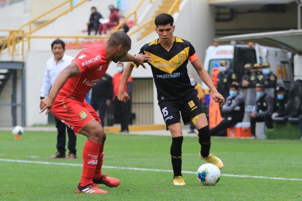 Castillo fue nuevamente bastión de la medular aurinegra. Aquí para el balón delante de Carmona. (Foto: Prensa FPF)