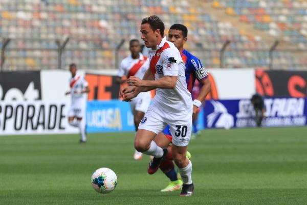 El argentino Rodríguez tuvo uno de sus mejores partidos con divisa edil. Aquí conduce el balón ante un impotente Chávez. (Foto: Prensa FPF)