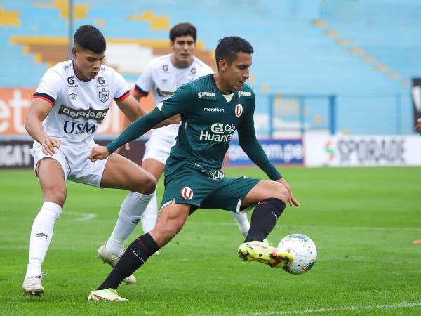 Valera cubre el balón delante de Bilbao. El lambayecano erró el penal que pudo poner en ventaja a la 'U' más temprano. (Foto: Prensa FPF)