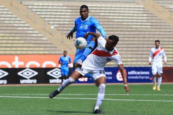 Arango bregó e intentó pero acabó agotándose. Aquí el colombiano disputa el balón con Medina. (Foto: Prensa FPF)