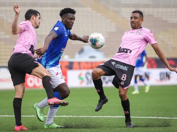 Perlaza tuvo escasa fortuna. Aquí es repelido entre Torrejón y Ramírez, este último destacado valor rosado, ahora como hombre de punta. (Foto: Prensa FPF)