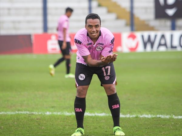Villamarín, una vez más, fue inmensa figura en la victoria rosada. Aquí celebra su primer tanto. (Foto: Prensa FPF)