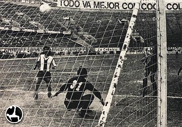 Rolando Farfán fue vencido en 5 ocasiones por 'Perico' León'. Una gesta del atacante íntimo. (Recorte: diario La Crónica)