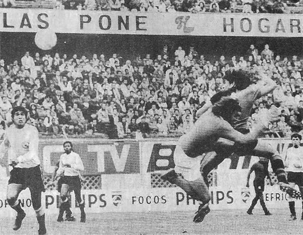Gómez Franco supera al portero Miguelucci y abre el marcador en el Nacional. Melgar empezaba a gestar un gran triunfo (Recorte: revista Ovación)