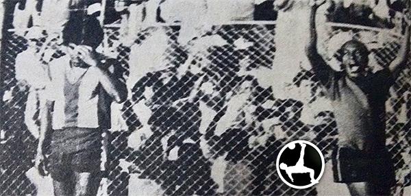 Con los brazos en alto, 'Pitín' celebra el autogol que forzó a cometer a Salvador Salguero -quien se lamenta a la izquierda- en la victoria de Melgar sobre Alianza en Arequipa. (Foto: Rojinegro Profesional)
