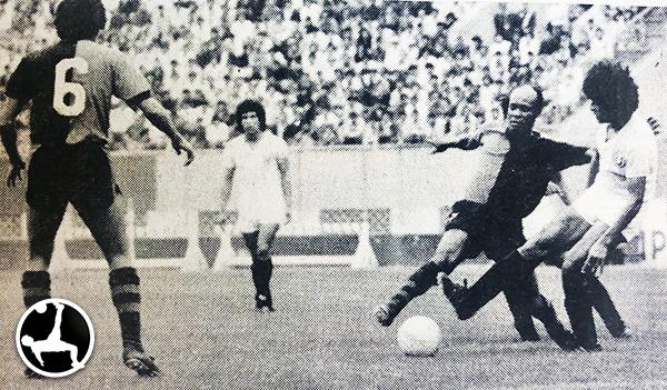 'Pitín' lucha el balón con Juan José Oré el día de su debut con Melgar, ante Universitario en el Nacional (Foto: revista Ovación)