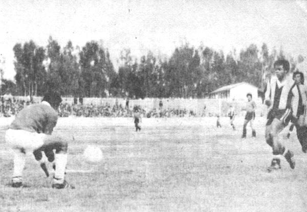 Teófilo Cubillas no puede sorprender al meta del Deportivo Junín. La escena corresponde al duelo de los íntimos por el Descentralizado 1977, cuando cayeron 4-3 ante su par huancaíno en la Incontrastable (Recorte: revista Ovación)