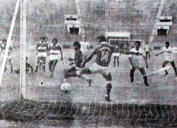 Un 20 de octubre de 1985 la 'U' empató con Los Espartanos, marcando del debut del 'Puma' Carranza en Primera. (Recorte: diario La Crónica)