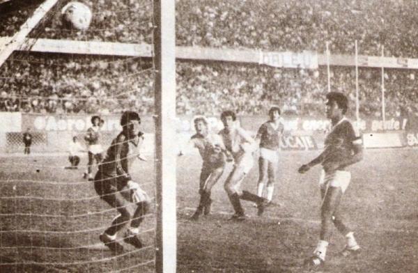 CNI recibe el gol que acabó decretando el triunfo de Universitario en el partido que el arquero Óscar Vera se fue expulsado (Recorte: revista Ovación)