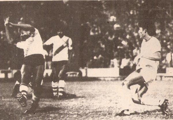 Wilson Ramírez, de CNI, vulnera la resistencia de Deportivo Municipal, el día en que los iquiteños ganaron por 0-3 en Lima, por la Liguilla del Regional 1985 (Recorte: revista Ovación)