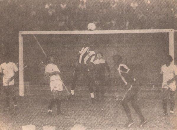 Luis Escobar, con sus características tobilleras blancas, salta a cabecear un balón. (Recorte: revista Ovación)
