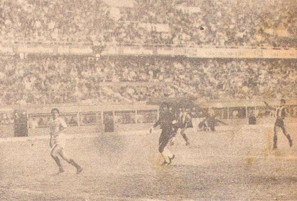 Parte de la secuencia del gol de Universitario: Fidel Suárez ya le sombreó el balón a Gonzales Ganoza ante la pasividad de los defensores aliancistas para cortar la acción. (Recorte: libro '200 Clásicos de Historia', Lorenzo Villanueva Regalado)