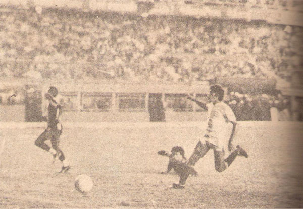 Luis Escobar se adelanta a la salida del arquero César Chávez Riva y le toca el balón ante el inútil esfuerzo de Pedro Requena. (Recorte: libro '200 Clásicos de Historia', Lorenzo Villanueva Regalado)