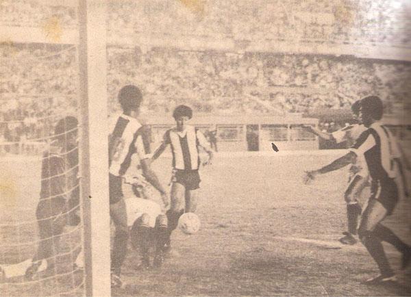 Gino Peña despeja la pelota tras una peligrosa incursión de Fidel Suárez sobre el arco de Gonzales Ganoza. (Recorte: libro '200 Clásicos de Historia', Lorenzo Villanueva Regalado)