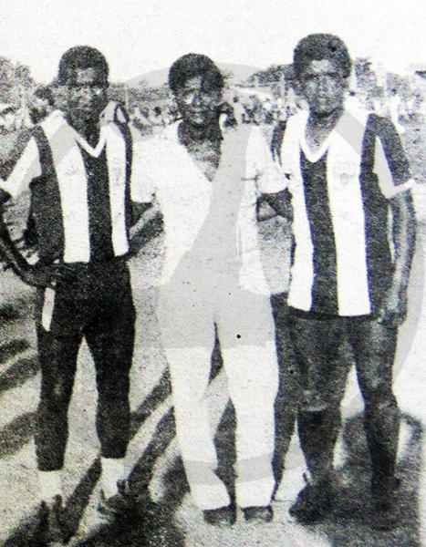 Tomás 'Pechito' Farfán y Luis Escobar en la última foto tomada dentro del estadio de Pucallpa. (Recorte: diario El Nacional)