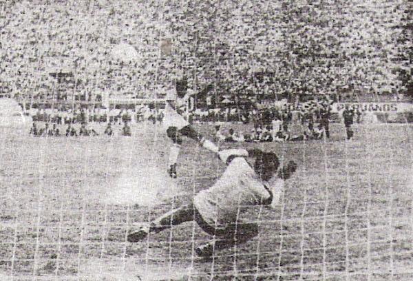 El meta Ricardo Ciudad detiene el disparo de Rodulfo Manzo, con lo cual, Guardia Republicana obtiene el ascenso a Primera División en 1988 (Recorte: diario La Crónica)