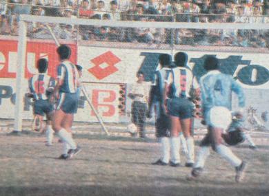 Preciso instante en que el 'Loco' Jorge Arteaga anota para Cristal, en el triunfo por 1-0 ante Alianza en 1989 (Recorte: diario El Comercio / suplemento Deporte Total)