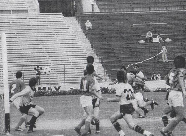 Preciso instante en que Franco Navarro convierte un gol en el pórtico de Internazionale de San Borja, por el Regional II (Recorte: diario El Comercio / suplemento Deporte Total)
