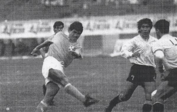 Franco Navarro ensayando un disparo en pórtico de Sport Boys. El 'Pepón' hizo cinco goles en la primera etapa del torneo (Recorte: diario El Comercio / suplemento Deporte Total)